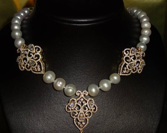Knotted pearl necklace with pendant