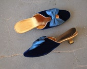 vintage 1960s shoes / 60s blue velvet mules / 60s satin bow slip on shoes / 60s velvet kitten heels / gold navy blue low heels / size 6