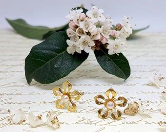 Gift for Women, Floral Earrings, Pearl Flower Earrings, Pearl Jewelry, Romantic Gifts, Gift for Her, Bridal Earrings, Nature Inspired
