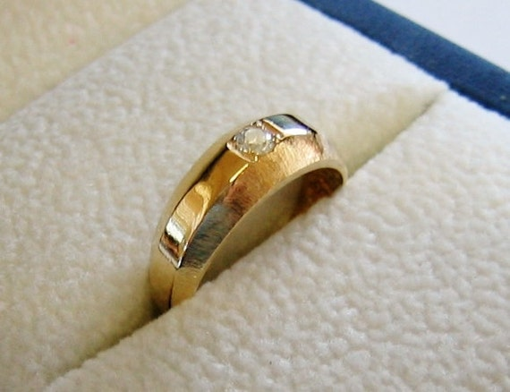 14K Solid Yellow Gold, Men's (10) Point Diamond Finger Ring....... Size 5 1/2.