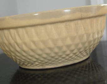 Hull Bowl / USA / Vintage Serving Bowl / Vintage A E Hull Mixing Bowl / Diamond Quilt Pattern / Signed