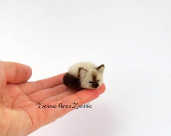 Sleeping Siamese cat needle felted, Little sleeping kitten, miniature animal, miniature cat, cat for dollhouse, sleeping cat, dollhouse cat