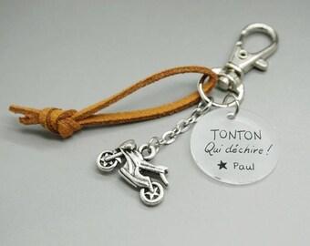 """porte clé daim cabochon médaille """"Tonton qui déchire"""" + prénom moto personnalisable"""