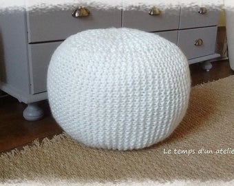 Pouf in off-white wool knitted in garter
