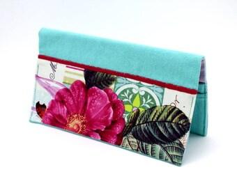 Porte chéquier en coton bleu lagon et tissu blanc à fleurs rose fuchsia