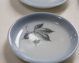 Scandinavian porcelain: small plates with leaves - blue