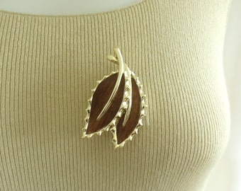 70s leaf pin, 1970s sarah coventry pin, nature pin, gold metal & faux wood, vintage pin, vintage brooch, costume jewelry, jewellery