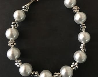 Pearls and flowers, beaded bracelet