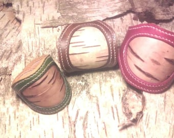 Bracelet in leather and double leather and sewn birchbark hand