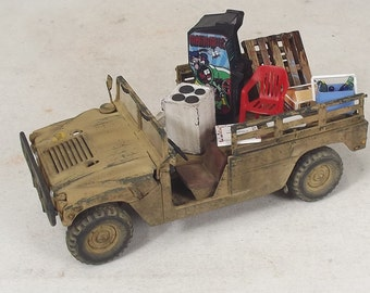1/35 Built Hummer with Souvenirs and Arcade Game