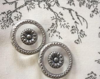 20 mm shank buttons - central daisy motif - metal border
