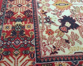Wool rug in cream and red tones / Alfombra de lana con dibujos étinicos