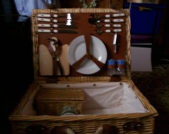1980 s Wicker picnic basket for 2 People