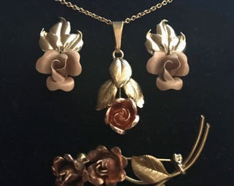 """Jewelry set """"Hildesheimer Rosen"""" in rose design: Earrings in gold 585, pendant with chain / necklace and brooch in gold 333"""