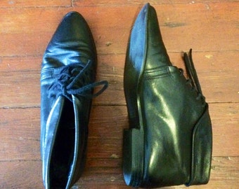 1980's vintage womens black leather witchy ankle boots. Size 8/8.5