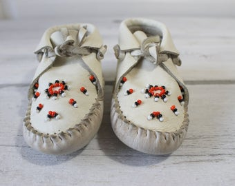 Vintage White Moccasins, Toddler size 4, Native American, Baby boy, Baby girl shoes, white Leather Moccasins, footwear