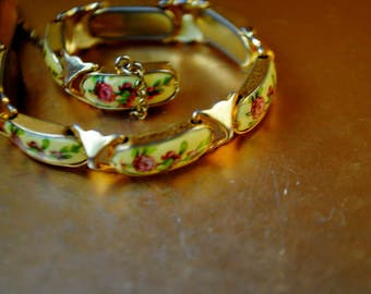 Boho vintage 70s , gold tone metal, horizontal links bracelet with a yellow lucite with a roses print, covered by clear enamel. Size 7 1/2