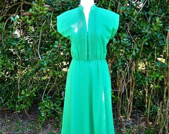 ON SALE 70s Kelly Green Dress size Small Pintucks Flared Skirt