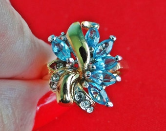 Vintage gold tone size 7 blue rhinestone ring in great condition