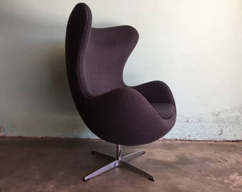 MID CENTURY MODERN Arne Jacobsen Style Swivel Egg Chair (Los Angeles)