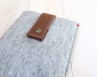 IPAD MINI 4 case in gray felt with leather closure. All natural wool felt and vegetable tan leather. Dutch Handmade. iPad mini 4