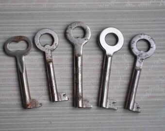 Vintage rusty metal keys.Set of 5.