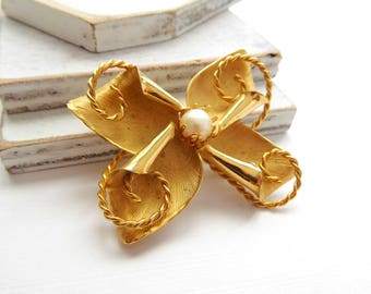 Vintage Mixed Texture Gold Tone White Faux Pearl Abstract Flower Brooch Pin