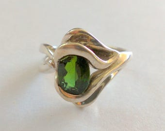 Modernist Green Stone and Silver Free Form Ring Size 7