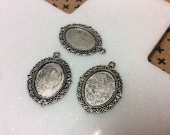 Antique silver tone oval frame setting