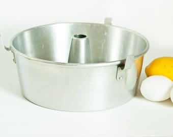 Vintage Wear Ever Angel Food Cake Pan, Bundt Cake Pan with Removable Core, Aluminum Baking Pan