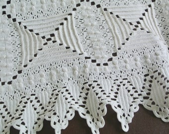 Beautiful well done vintage 1950s white handmade crochet cotton yarn one-bed bedspread coverlet throw or table-cloth