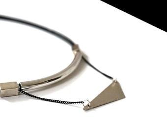 Ras pyra necklace of silver neck.
