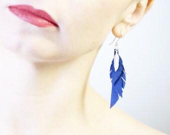 Magnifiques boucles d'oreilles en plaqué argent et cuir bleu. Beautiful earrings plated silver and feathers genuine leather.