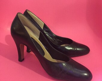 1980S // BLACK LEATHER // Size 5 3 Inch solid Black Pumps