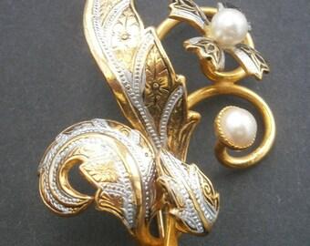D29) A lovely vintage gold tone enamel Spanish Damascene faux pearl floral brooch