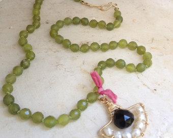 Goldfilled 14k, green jade, black onyx, pearls and silk. 50 cm
