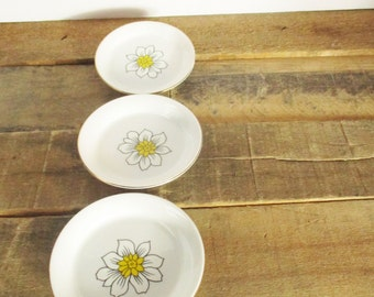 Three Vintage Daffodil Trinket Dishes / Ring Dishes with Lovely Gold Gilded Edges, by Creative Japan. Perfect for a Vintage Valentines Gift!