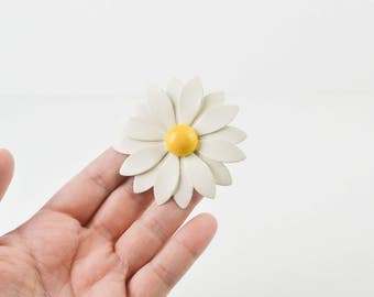 Vintage 1960s White Enamel Daisy Flower Retro Brooch Pin Yellow Button Kitsch