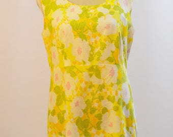 1960s floral shift dress in pretty yellows and greens. Flower patterned summer midi dress