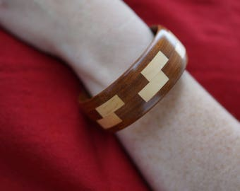 Wooden bangle with Z feature