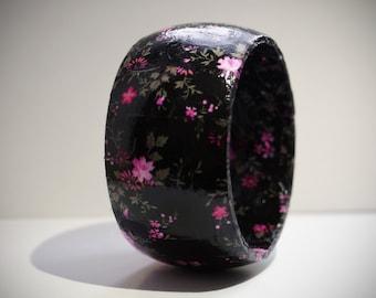 Romantic bracelet of wooden Folkdance look