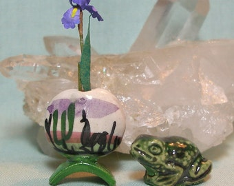 Miniature Hand Painted Peru Vase and Green Frog Set in 1:12 Scale for your Dolls House