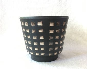 Beautiful matte black vintage flower pot with cubes in cream/Brown