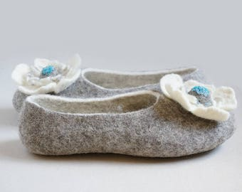 Gray wool women slippers with white flower/Woolen shoes/Felted wool slippers/House shoes/Felt slippers/Felt shoes with flowers/Gift for her