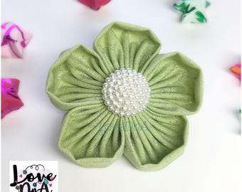 Bella flower brooch with pearl cluster centre