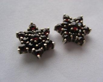 Star earrings with garnet stone. Sterling silver 930S