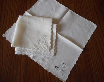 Vintage Set of 4 Linen Napkins with Embroidery