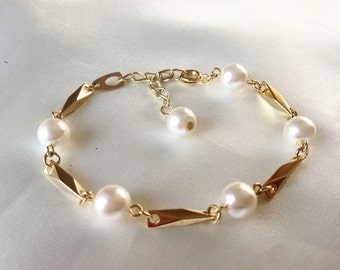 Vintage 80s White Pearls and Gold Tone Links Bracelet,Chanel Inspired Bracelet,Off White Faux Pearls,Twisted Gold Bars and Pearls,Retro Chic