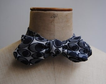 Pre-knotted Bowtie in jacquard silk lbue and white.