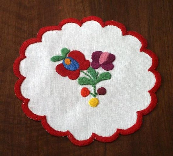Hand embroidered doily with hand-fringed borders (MKDOI-TR-75)